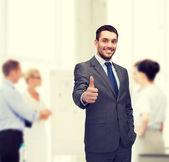 拇指出现在办公室的英俊 buisnessman — Stockfoto