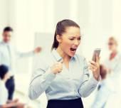 Schreeuwen zakenvrouw met smartphone — Stockfoto