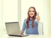 Lächelnd teenager hester mit laptop-computer zu hause — Stockfoto