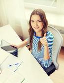 Lachende student meisje met tablet pc en boeken — Stockfoto
