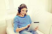 Mädchen mit tabletpc und kopfhörer zu hause — Stockfoto