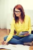 Studente con computer pc tablet e notebook — Foto Stock