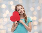 Lachende meisje met rood hart — Stockfoto