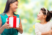 Happy mother and daughter with gift box — Stockfoto