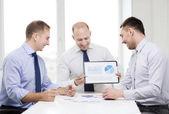 Lächelnd geschäftsleute mit papieren im büro — Stockfoto