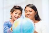 Matka a dcera s zeměkoule — Stock fotografie