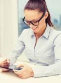 Glimlachende zakenvrouw in bril met tablet pc — Stockfoto