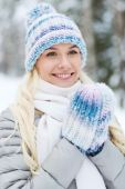 Smiling young woman in winter forest — Stock Photo