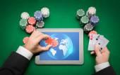 Casino-Poker-Spieler mit Karten, Tablet und chips — Stockfoto