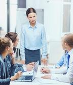 Přísný šéf ženské mluví do obchodního týmu — Stock fotografie