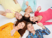 Skupina teenagerů, usmívající se — Stock fotografie