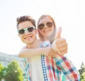 笑みを浮かべてカップルを示すと楽しんで親指 — ストック写真