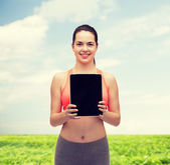 спортивный женщина с пустой экран планшетный пк — Стоковое фото