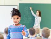 Szczęśliwa dziewczynka w szkole w klasie tło — Zdjęcie stockowe