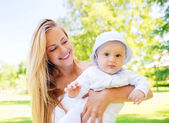 Glad mamma med lilla baby i park — Stockfoto