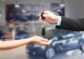 Close up of customer and salesman with car key — Fotografia Stock