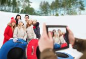 Group of smiling friends with snow tubes — Stock Photo