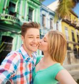 Couple kissing and taking selfie over city street — Stock Photo