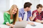 Alunos escrevendo teste ou exame em palestra na escola — Fotografia Stock