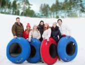 Gruppo di amici sorridenti con tubi di neve — Foto Stock