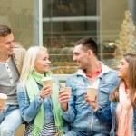 groep lachende vrienden met klaarmaaltijden koffie — Stockfoto #64077489