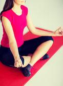Meditasyon ve Lotus pozisyonda oturan kız — Stok fotoğraf