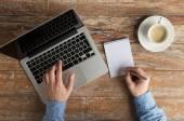 Nahaufnahme von männlichen Händen mit Laptop und notebook — Stockfoto