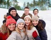 Groep lachende vrienden nemen selfie buitenshuis — Stockfoto