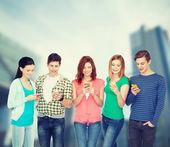 Uśmiechający się studentów z smartfonów — Zdjęcie stockowe