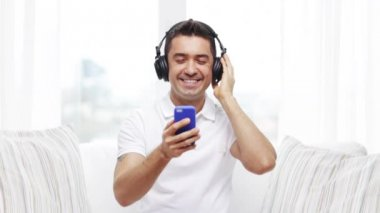 Happy man with smartphone and headphones — Stock Video