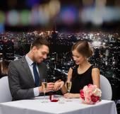 Man stelt zijn vriendin in restaurant — Stockfoto