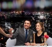 Coppia sorridente pagando per cena con carta di credito — Foto Stock