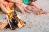 Cerca de amigos sentados en la playa de verano — Foto de Stock