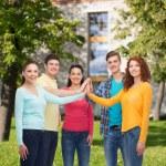 Skupina teenagerů usmívající se areál pozadí — Stock fotografie #66075165