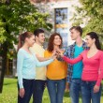 Skupina teenagerů usmívající se areál pozadí — Stock fotografie #66075245