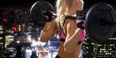 Deportiva mujer haciendo ejercicios con barra de espalda — Foto de Stock