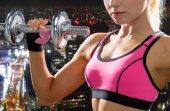 Cerca de mujer deportiva con mancuerna de acero pesado — Foto de Stock