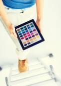 Woman  with color sample app — Stock Photo