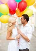 Couple avec ballons colorés — Photo