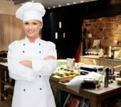 Sonriente a mujer chef con brazos cruzados — Foto de Stock