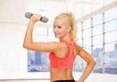 Sportovní žena protahuje ji bicepsy — Stock fotografie