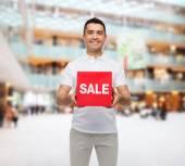 売却の記号と笑みを浮かべて男 — ストック写真