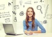 ラップトップと 10 代の少女の笑顔 — ストック写真
