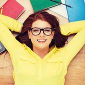 Étudiante à lunettes gisant sur le sol — Photo
