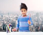 Niña con lápices de dibujo — Foto de Stock
