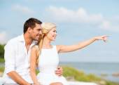 Couple on vacation sitting at seaside — Stock Photo