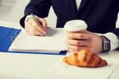 Obchodník s kávou psaní něco — Stock fotografie