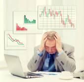 Empresário mais velho chateado com o laptop no escritório — Fotografia Stock