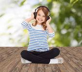 Glückliche Mädchen mit Kopfhörern Musik hören — Stockfoto