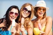 Ragazze in bikini con gelato sulla spiaggia — Foto Stock